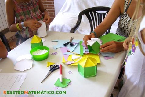 Participantes construyendo poliedros irregulares. Cómo fue el taller en el FACE 2017