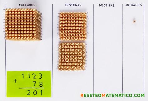 suma con llevada con perlas doradas Montessori. Paso 7
